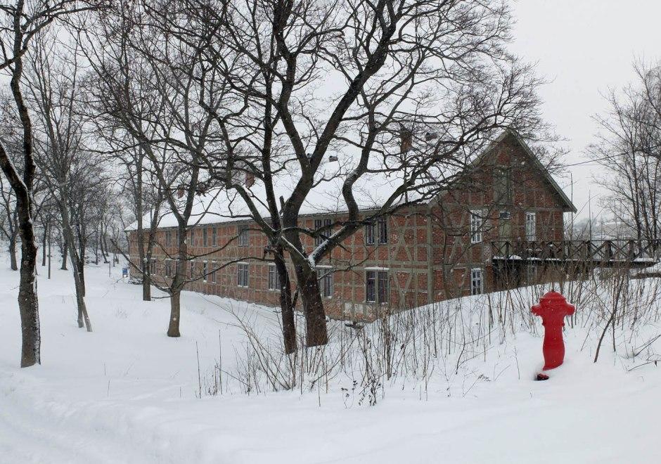 Lavetthuset i vinterskrud.